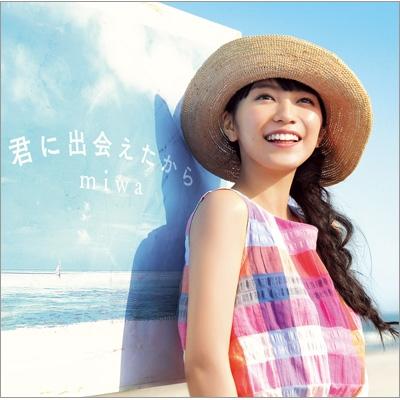 チェックのワンピースに麦わら帽子姿の歌手・miwa