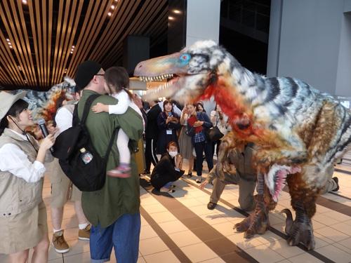襲いかかる恐竜