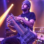 ダブルネック16弦ギターを操る技巧派ギタリスト、フェリックス・マーティ...