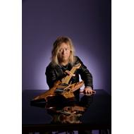 高崎晃 初のギター写真集、先着でポストカード