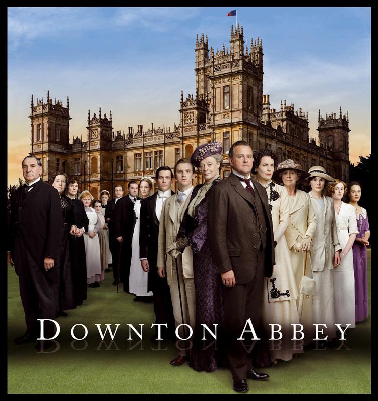 """ダウントン・アビー  イングランド郊外にたたずむ大邸宅""""ダウントン・アビー""""で暮らす貴族グランサム伯爵一家の内情を、センセーショナルかつ当時の社会背景を盛り込みながら描いた「ダウントン・アビー」。名作「名探偵ポワロ」ほか良質のドラマ作りで知られる、イギリス最大の民間放送局ITVで2010年9月より放送スタートして以来、世界200以上の国と地域で放送され人気を博している大ヒット・シリーズだ。 物語は1912年、将来家督を相続するはずだったグランサム伯爵の長女メアリーの婚約者の訃報から幕を開ける。男性だけに限定された相続制度のため、一家には3人の娘がいるが、新たに一番近親の男性で弁護士マシューを屋敷に招き入れることに。伯爵自身はマシューを気に入るが、伯爵の母バイオレットと妻コーラ、メアリーは庶民的なマシューの存在が気に入らず、それぞれに策略をめぐらせる。同時に、本作では邸宅で働く多くの使用人たちの人間模様が描かれる。住む世界が違うものの、常に伯爵一家と緊密な関わりを持つ彼らの間に、新たに伯爵付きの従者としてやってきた脚の不自由なベイツの存在が波紋を投げかけていく。 相続問題をめぐる上流社会の愛憎渦巻く人間関係や、階級制が存在するいわば格差社会の縮図とも言うべき邸宅の内情は、娯楽性に富みつつ社会派の要素も色濃く見応えがある。そうした本作の普遍的な面白さは、文化的背景が異なるイギリスの時代劇でありながらアメリカでも異例の大ヒットを記録しており、シーズン1はエミー賞(ミニシリーズ/TVムービー部門)において作品賞、監督賞ほか6部門で受賞。さらにゴールデングローブ賞(ミニシリーズ/TVムービー部門)でも作品賞を受賞するという快挙を成し遂げた。 企画・製作総指揮・脚本を手掛けて、密度の濃い群像劇により高い評価を得ているのは、映画『ゴスフォード・パーク』でアカデミー賞®脚本賞を受賞したジュリアン・フェローズ。キャストには、2度のアカデミー賞®受賞を誇り、本作ほかでもエミー賞に輝く名優マギー・スミスを筆頭に、イギリスの新旧演技派が顔をそろえている。また、舞台となる大邸宅には実在の古城でのロケが含まれているほか、時代設定に忠実に再現された豪華な衣装や調度品といった美術セットが作り出す重厚感のある映像美も圧巻だ。"""